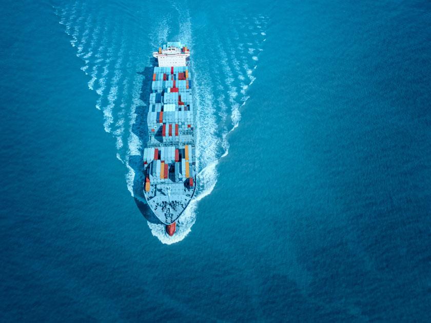 海面上乘风破浪的货轮高清图片