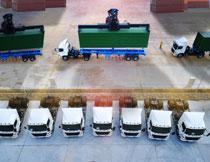 港口集装箱与货运车辆高清图片