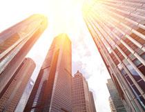 耀眼光效下的城市建筑高清图片