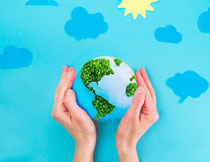 被双手呵护的地球创意高清图片