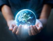 捧在手心里的地球创意高清图片