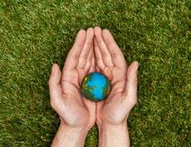 手心里的地球模型创意高清图片