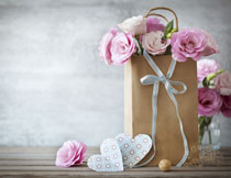 牛皮纸手提袋里的花朵高清图片