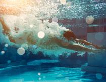 入水后的游泳人物摄影高清图片