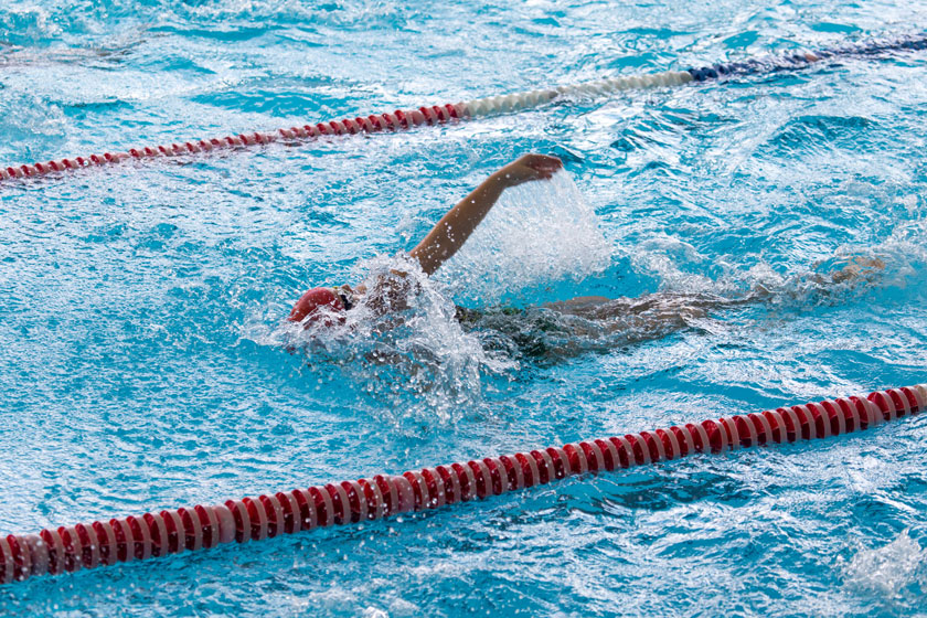 泳池中比赛的游泳人物高清图片图片