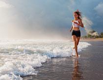 海滩上跑步的美女摄影高清图片