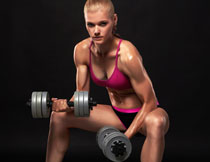 坐姿哑铃锻炼美女摄影高清图片