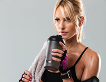 在喝水休息的健身美女高清图片