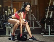 在健身房里锻炼的美女高清图片
