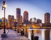 黄昏时分水边城市建筑高清图片