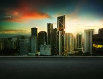 夕阳余晖下的城市摄影高清图片