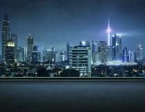 城市公路与建筑群夜景高清图片