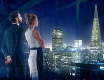 看城市夜景的男女摄影高清图片