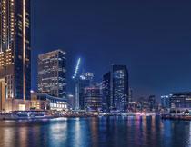 城市水边的建筑群夜景高清图片