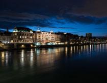 城市河岸的建筑物夜景高清图片