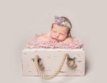 趴着睡着的小宝宝写真高清图片