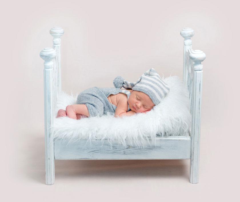 在小床上睡着的小宝宝高清图片