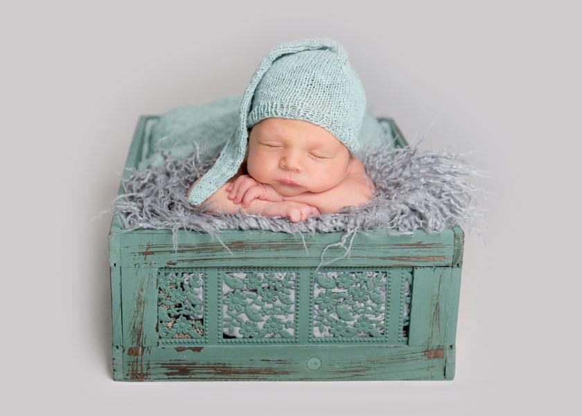趴着安然入睡的小宝贝高清图片