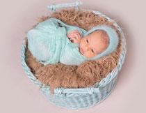 包好放在篮子里的婴儿高清图片