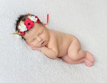 戴着花环的小宝宝摄影高清图片