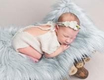 身体蜷着睡觉的小宝贝高清图片