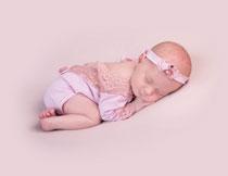 趴着乖乖睡觉的女宝宝高清图片