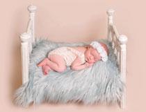 小床上睡觉的婴儿摄影高清图片