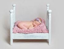 小床上趴着睡的小宝宝高清图片