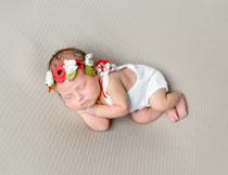 头枕着小手睡觉的宝宝高清图片
