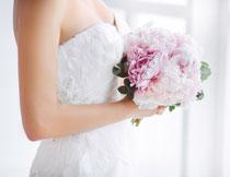 手拿着捧花的新娘摄影高清图片