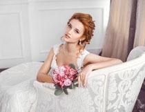 坐沙发椅上的新娘摄影高清图片