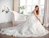 白色拖尾婚纱礼服美女高清图片