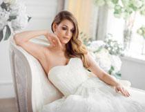 在闭眼休息的新娘摄影高清图片