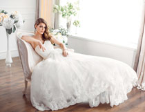 躺在椅子上的卷发新娘高清图片