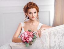 手拿着花朵的新娘摄影高清图片