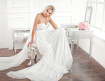 在梳妆台前的婚纱新娘高清图片
