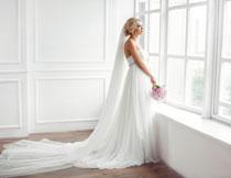 站窗前的婚纱美女摄影高清图片