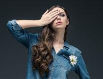 牛仔装的长发美女摄影高清图片