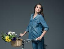 推着自行车的开心美女高清图片
