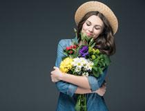 怀抱着花束的美女摄影高清图片