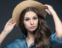 戴着编织帽的长发美女高清图片