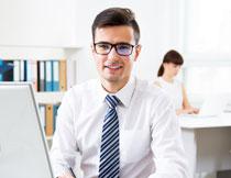 电脑前的职场男士摄影高清图片