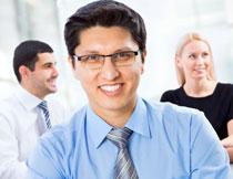 穿蓝色衬衫的职场人物高清图片