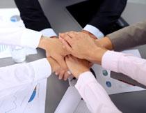 手放在一起加油的团队人物图片