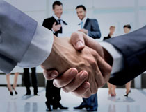 已达成合作握手的人物高清图片