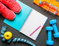 哑铃苹果与运动鞋特写高清图片