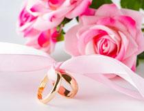 戒指与粉色玫瑰花摄影高清图片