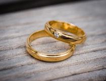 两枚金色钻石戒指特写高清图片