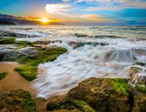 蓝天阳光与奔腾的海水高清图片