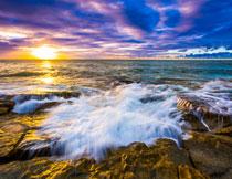 冲刷着礁石的海水摄影高清图片